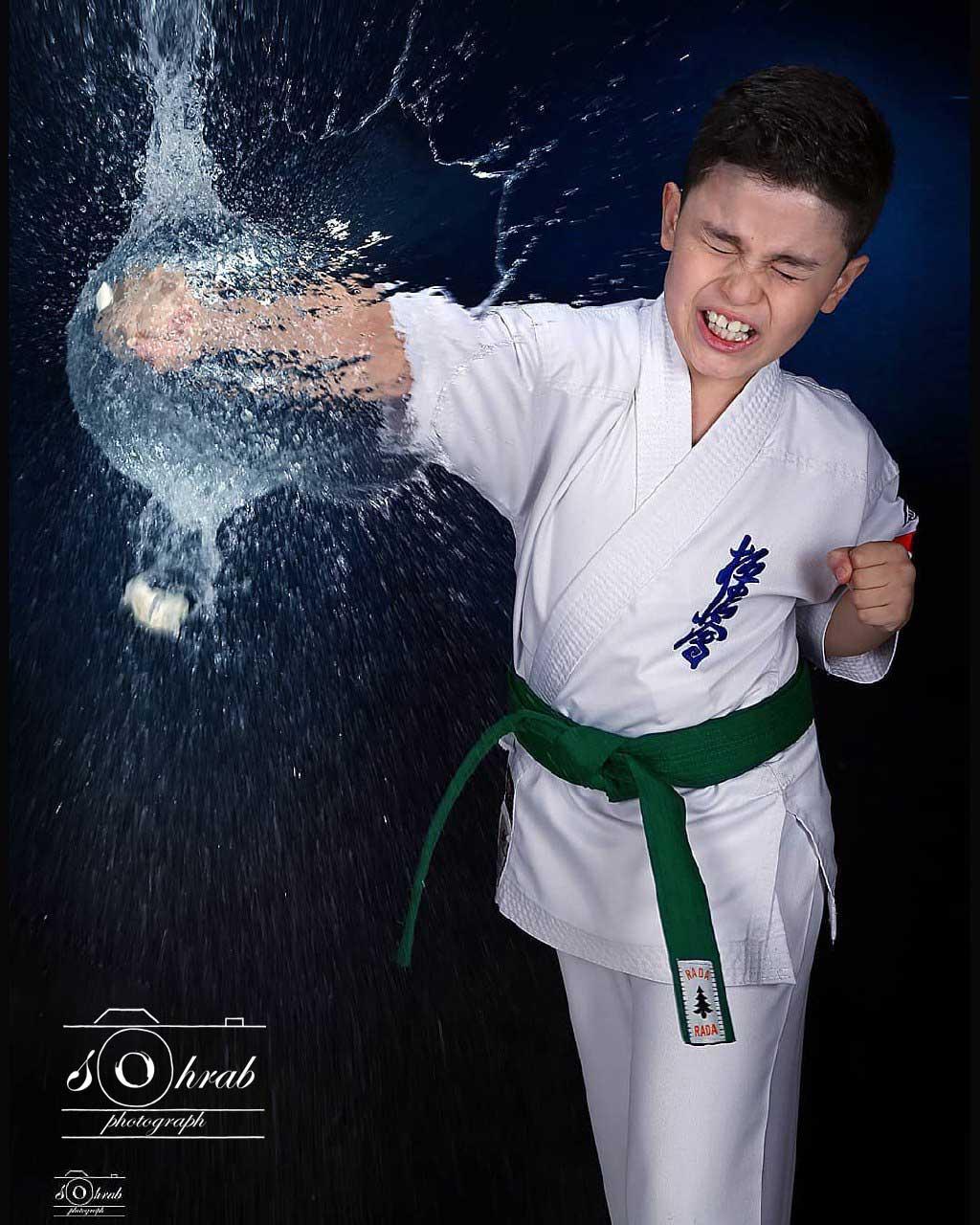 عکاسی ورزشی در استودیو کاراته کار سبک کیوکوشین در حال ضربه با قطرات آب عکاس سهراب نعیمی