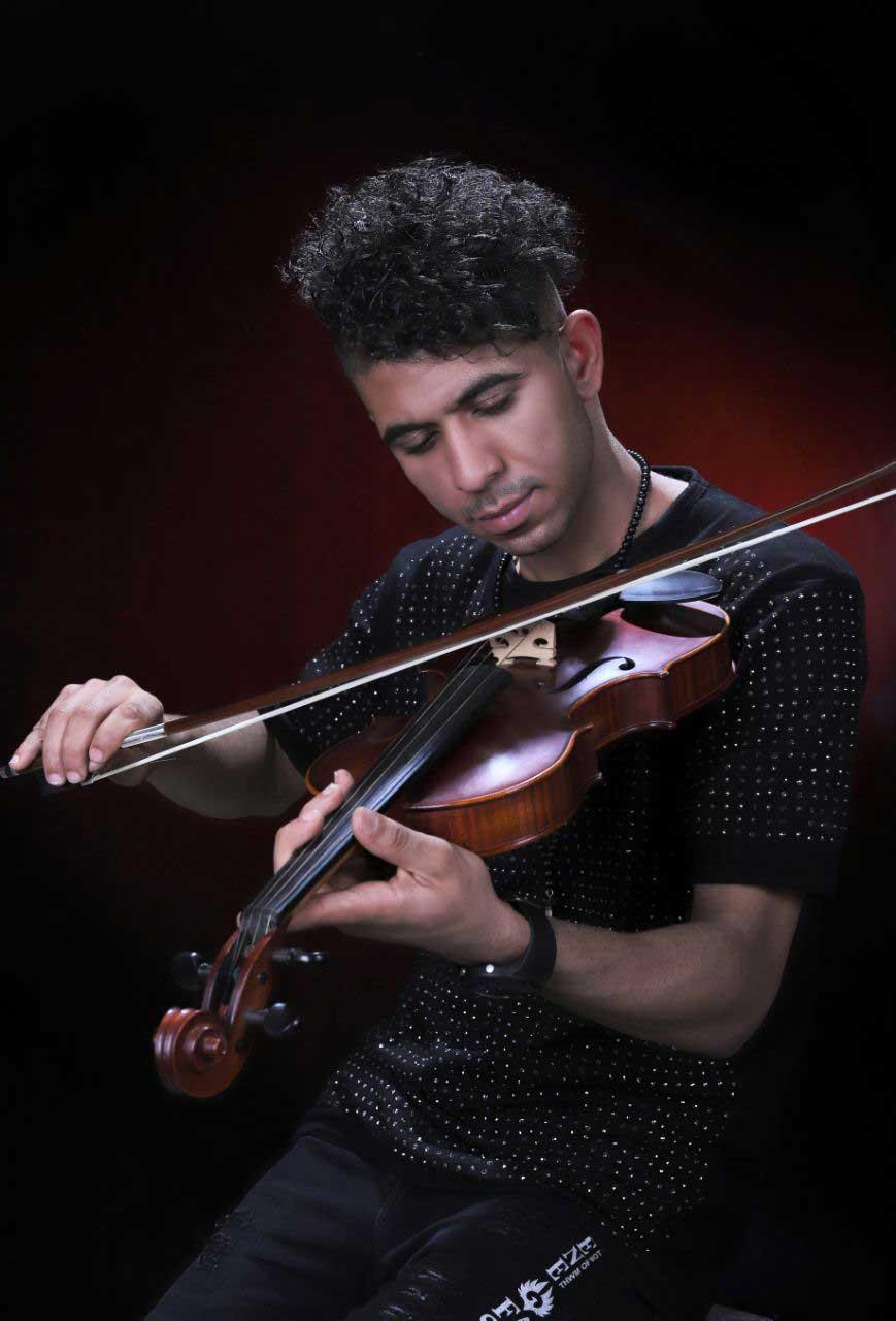 شهرام مظهری خواننده پاپ ایراین در استودیو الیزه جهت عکاسی کاور موسیقی عکاس سهراب نعیمی